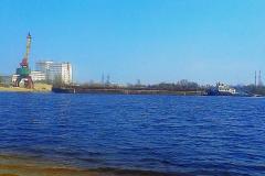 Баржа с песком на реке Мухавец в Бресте.
